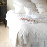 真っ白なベースに、アイレットのコットンレースがシンプルでかわいらしいベッドカバーセット。ダブルのベッ...