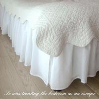 清潔感のあるホワイトフリルがエレガントでおしゃれベッドスカートです。 クイーンサイズ(ベッドスカート...