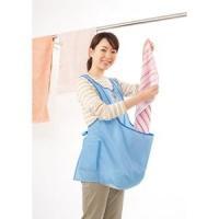 洗濯機からそのままお腹のポケットに入れて、立ったまま手早く干せる洗濯用エプロンです。  品名:カンガ...