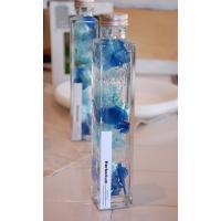 こちらのハーバリウムは四角のボトルに入ったブルーのアジサイなどで透明感のある商品です。ハーバリウムと...