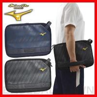 タブレットも収容できる持ち運び便利なクラッチバッグ。●カラー:ブラック(09)、ネイビー(14)●サ...