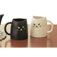 黒猫と白猫のペアマグ。  猫耳型の飲み口や手描き風の表情がゆるかわ。ほっとあたたかくなれるペアのマグ...