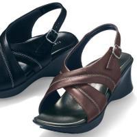 理想的な歩行で美脚に導く  特殊な形状のソールが、理想的な歩行をサポートするサンダル。足裏に心地良く...
