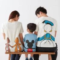 子供から大人まで愛されるディズニーキャラクターをプリントしたTシャツ。キャラクターに後ろからギュッと...