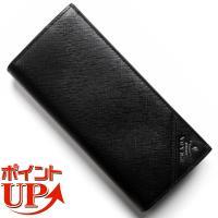 プラダの【SAFFIANO METAL】長財布は、クールなブラックボディに斜めにデザインされたシルバ...