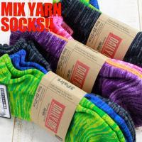 コチラの靴下は、3色の糸を引き揃えて出来たキレイな色味が特徴的なソックスです。出来上がった縞模様のデ...