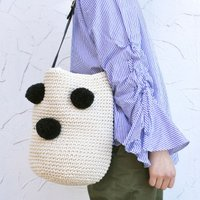 バケツ型のバッグにポンポンが付いた個性的なバッグ! 持ってるだけでかわいい雰囲気に!コーデのポイント...
