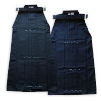 この高級テトロン製合気道袴は、入念な裁断と縫製が施されており、丈夫で動きやすく、安全且つ着用時のシル...