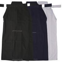 剣道・居合道で一番人気の袴!!  低価格の入門用テトロン袴です。 洗っても型崩れしにくいように中側か...