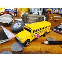 アメリカの可愛いスクールバスのミニカーと思いきや、これ実は鉛筆削りになってるんです。ダイキャスト製の...