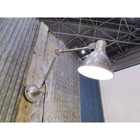 アンティークショップで見かける昔ながらのデスクランプを壁掛けのウォールランプとして作ったというアイデ...