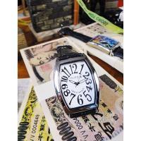 某高級腕時計のカサブランカを思わせるフォルムで、友達たちも一瞬ハッとしますが、文字盤をよく見ると「フ...