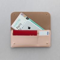 1.シンプルな形の財布型パスポート入れ。 2.内部にパスポート、航空チケット、紙幣、カード等の収納が...