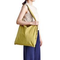 1. ドライなタッチ感があるナイロン素材で出来た大きなサイズのファブリックバッグ。  2. 2つのエ...