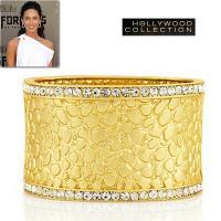ゴールド カフブレスレットはシャイニースネークの凹凸のあるテクスチャーがシルキーゴールドのマットな色...