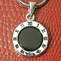 コインにローマ数字を刻印したペンダント。 時計の文字盤をデザインに取り入れたアトラスコレクション。 ...