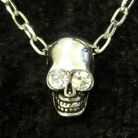 頭蓋骨をモチーフにしたペンダントヘッド。 ドクロの目にクリアストーンを埋め込んだハードデザイン。 魅...