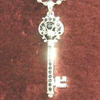 キー(鍵)にブラックストーンをデザインしたペンダント。 カギは開錠・施錠に使うもの。 鍵は「心を開く...