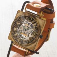 こちらの時計は立体的に作られた文字の下に、5、10、15…の分刻みの刻印数字の二つがデザインされてい...