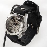 温かみのある手巻き式腕時計です。 さらにこの時計は、表面だけでなく裏ぶたもスケルトン仕様!裏返してみ...