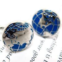 世界地図をモチーフにしたカフス。 鮮やかなブルーが印象的なデザインで、 片側にはユーラシア大陸とアフ...