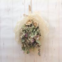 ドライフラワーの花束、スワッグとして壁飾りになります。 材料は、かすみ草、オレガノ、ユーカリ、ドライ...