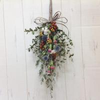 ドライフラワーの花束、スワッグとして壁飾りになります。 材料は、ルリ玉、ユーカリ、カーネーション、イ...