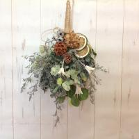 ドライフラワーの花束、スワッグとして壁飾りになります。 材料は、ユーカリ、ドライフルーツ、木の実、ニ...