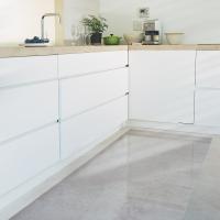 水や油ハネ、食材や調味料のこぼれなど、なにかと汚れがちなキッチンの床。この透明マットなら、インテリア...
