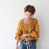 袖にボリュームを持たせている女性らしい1枚です。 フロントとスリーブラインにツイスト編みを使用するこ...
