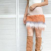 大胆なほど毛足の長いエコファーを、ぐるりと裾にあしらったスカート。 着こなしを華やかに導く、メリハリ...