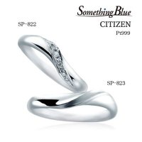 共につくる 心のかたち。 回り込むように流れるウェーブラインが優雅な印象のデザイン。 ふたりのリング...