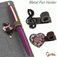 いざと言う時にすぐ使用できるように、ノートや手帳にペンがセットできるメタルペンホルダーです。カバンの...