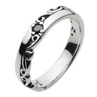 さりげなく埋め込まれたブラックジルコニアとアラベスクのバランスが美しいリングです。 彫り込みのない部...