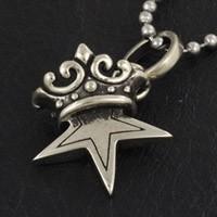 シンプルなスターに王冠を組み合わせたホワイトメタルのネックレスです。 品のあるデザインで小振りなサイ...