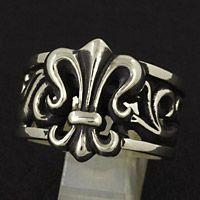 圧倒的な存在感を放つユリの紋章を中央に配したホワイトメタル製のリングです。 サイドの透かし彫りのデザ...