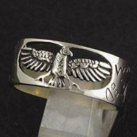 翼を広げたイーグルを透かし彫りで表現したホワイトメタル製のネイティブリングです。 サイド部分のインデ...