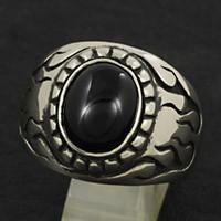 中央のオニキスとホワイトメタルの素材のコントラストがかっこいいリングです。 サイドのファイヤーパター...