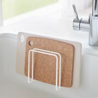 シンクの壁面に吸盤で簡単取り付け。  水切れのいいデザインで、いつでもまな板を清潔に保てます。 コン...