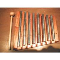 マホガニーの木製土台と鉄製の鍵盤でできた楽器です。 音階はA(ラの音)をkeyとした7音階(1オクタ...