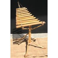 ベトナムの小さな竹琴「トルン」です。 竹の台に11の竹の鍵盤が並んでいます。 自然の竹の形状を活かし...
