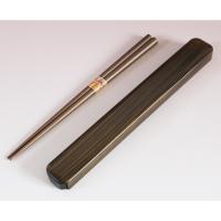 和風塗の箸箱に木製の箸が入っています。   箸が長めのメンズ仕様です。   木のぬくもりが、和を感じ...