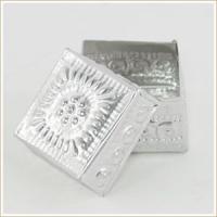 アジアン雑貨・バリ雑貨! 台形の形が珍しいアルミのケースは全面に模様が施されていてとっても可愛いデザ...