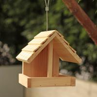 野鳥の愛らしい姿を楽しめる木製バードフィーダーです。シンプルなデザインで使いやすく、お庭やベランダで...