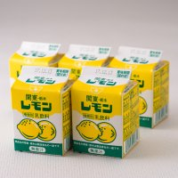 レモン牛乳は、栃木県産の生乳に砂糖や レモン香料などを加えたレモン色の乳飲料。  レモン果汁を加える...