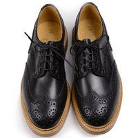 プリンス・オブ・ウェールズのロイヤルワラント称号を持つトリッカーズは、英国靴の聖地「ノーザンプトン」...