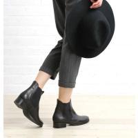 美しいフォルムのサイドゴアブーツです。 つるんとした滑らかな光沢感が上品で、履き込むほどに柔らかく馴...