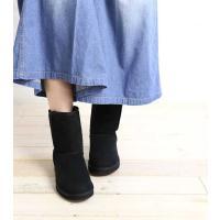 質の良い羊毛と羊皮を贅沢に使用し、ふわふわの履き心地とスタイリッシュなシルエットが 人気のUGGブー...