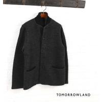 凹凸感のある表面が特徴的なジャケット。 小さなシャツカラーは、襟を立てれば裏地のブラックのニット生地...