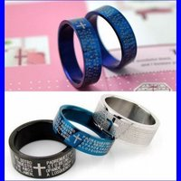 クロス十字架&英字刻印のリングです!チタン素材の指輪でかっこいい!男女ペアリングもOK!ブルーとブラ...
